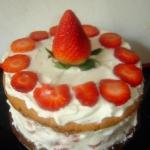 Lodowy tort truskawkowy
