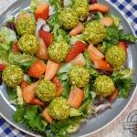 Salatka z truskawkami i p...