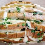 Serowy chlebek ze...