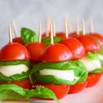 Koreczki z pomidorków,...