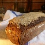 ciemny chleb razowy z lni...