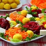 Salatka z szafranowymi ku...