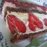 Tort mocno truskawkowy