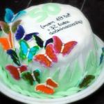 tort malinowy z motylkami