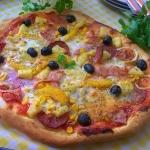 pizza z salami i owocami