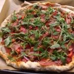 Domowa pizza z rukolą i...