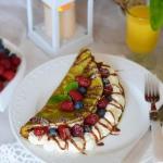 Szpinakowy omlet z owocam...