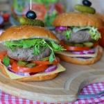 Soczysty hamburger z...