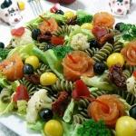 Salatka z makaronem pokrz...