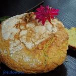 Owsiany chleb z kurkuma w...