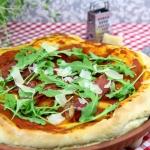 Włoska pizza z szynką,...