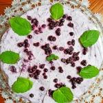 Tort bezowy z jagodami