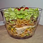 Salatka warstwowa z makar...