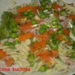 Kolorowa salatka z makaro...