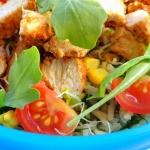 Salatka z ryzem, kurczaki...
