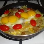 Jajka sadzone na białej...