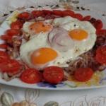 Jajka sadzone na bekonie.