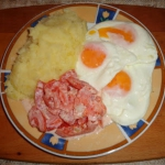 Jajka sadzone, ziemniaki...