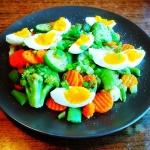 Duszone warzywa z jajkiem