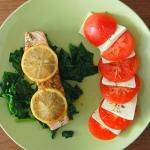 Łosos z pomidorami z bun...