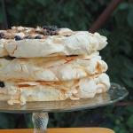 Tort bezowy z borowkami